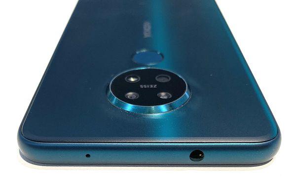 Nokia 7.2:ssa ja 6.2:ssa on myös 3,5 millimetrin kuulokeliitäntä. Kamerakohouma nousee selkeästi muuta takapintaa paksummaksi.