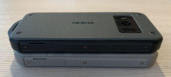 Kylkiä Nokia 800 Toughissa kiertää kumi/muovipehmuste.