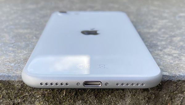 iPhone SE on varustettu Lightning-liitännällä ja stereokaiuttimilla.