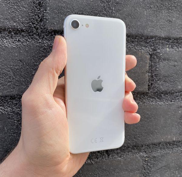 iPhone SE on takaa lasipintainen.
