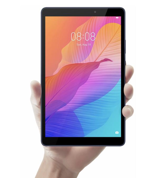Huawei MatePad T8 kädessä.