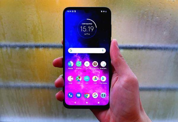 Motorola One Zoom on keskiluokan älypuhelin, jonka käyttäjän on helppo hymyillä.