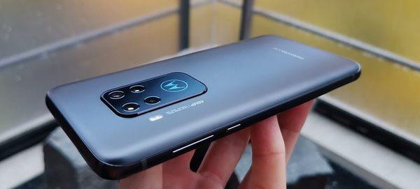 Puhelimen väri vaihtelee hieman valaistuksen mukaan sinisestä harmaaseen. Motorola-logo toimii myös LED-ilmoitusvalona.