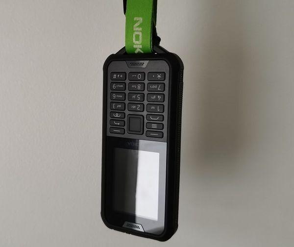 Nokia 800 Toughissa on pidike, josta puhelimen saa vaikka kaularemmiin roikkumaan.