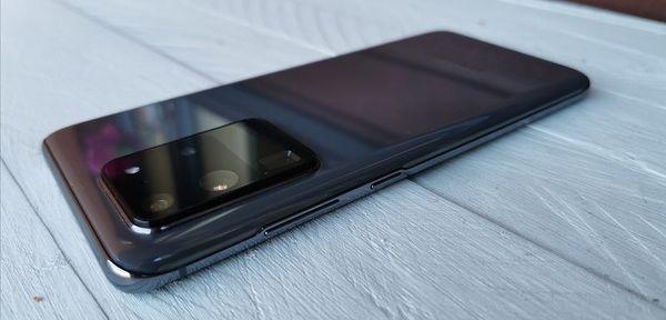 Galaxy S20 Ultra 5G rahisee heilutettaessa hieman periskooppikameransa takia.