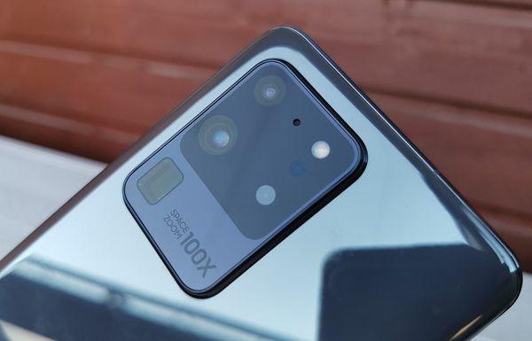 Galaxy S20 Ultra 5G:ssä on neljä takakameraa.