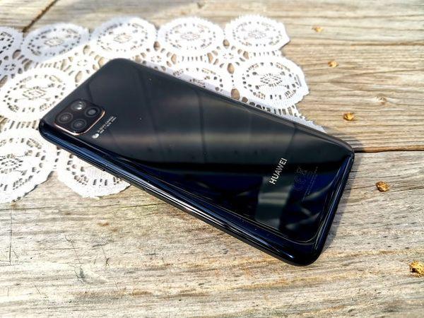 Musta Huawei P40 lite on varsin pelkistetty.