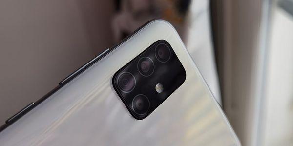 Takana on neljä kameraa ja LED-kuvausvalo.