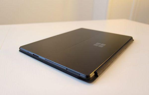Ohut Surface Connector -liitäntä tarjoaa lataus- ja telakointimahdollisuudet, mutta niin tarjoavat myös toisen päädyn USB-C:t.