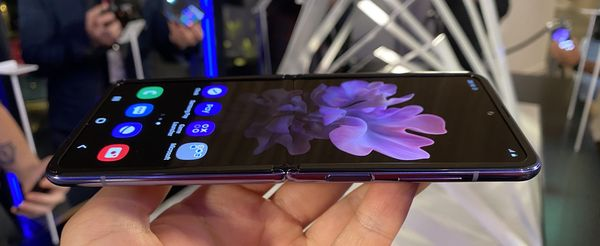 Galaxy Z Flipin taitoskohdassa tuntuu epätasaisuutta, joka ei kuitenkaan käytännössä häiritse mitenkään.