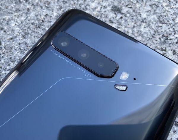 ROG Phone 3:ssa on kolme takakameraa.