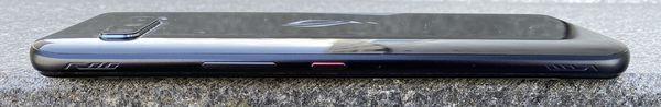 ROG Phone 3:n oikealta kyljeltä löytyvät äänenvoimakkuus- ja virtapainikkeet sekä kulmista ultraääniantureilla toimivat AirTriggers 3 -painikkeet.