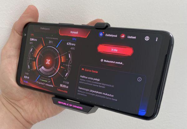 ROG Phone 3:ssa on erillinen X-tila, joka pitää suorituskyvyn jatkuvasti huipputasolla. Kuvassa puhelimessa on kiinni myös AeroActive Cooler 3 -lisäosa, joka puhelimen etupuolelle näkyy myös valaistuna Republic of Gamers -merkintänä.