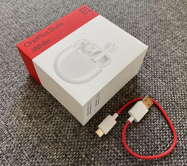OnePlus Buds -myyntipakkauksessa mukana toimitetaan lyhyt USB-A-USB-C-kaapeli OnePlusalle tyypillisellä punaisella kaapelilla.