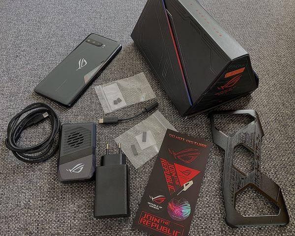 ROG Phone 3:n kookkaassa myyntipakkauksessa toimitetaan mukana 30 watin laturi, punotulla pinnalla varustettu USB-C-kaapeli, kuulokeadapteri, suojakuori, AeroActive Cooler 3 -tuuletinlisäosa, tarroja sekä lisäkumisuojia kyljen liitäntään.
