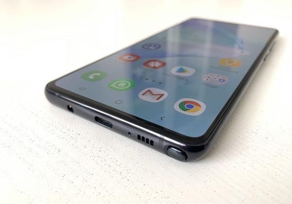 Alareunasta löytyvät vanha tuttu 3,5 millimetrin kuulokeliitäntä, USB-C lataukseen ja tiedonsiirtoon, mikrofoni ja kaiutin sekä kulmasta esiin ponnahtava S Pen -kynä.