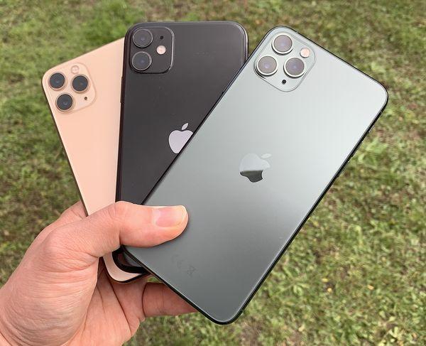Takana kultavärinen iPhone 11 Pro, keskellä musta iPhone 11 ja etualalla keskiyönvihreä iPhone 11 Pro Max. Pro-mallit ovat mattapintaisia, iPhone 11 kiiltävä.
