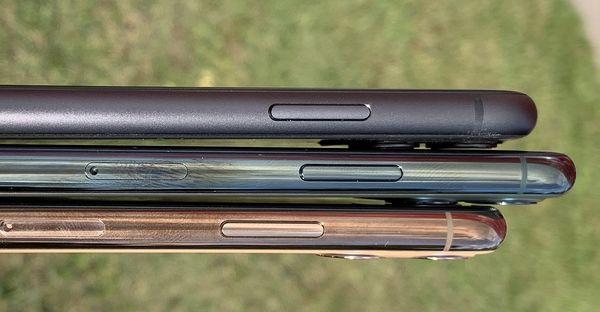 iPhone 11 (ylimpänä kuvassa) on kyljiltään alumiinia, Pro-mallit ruostumatonta terästä.