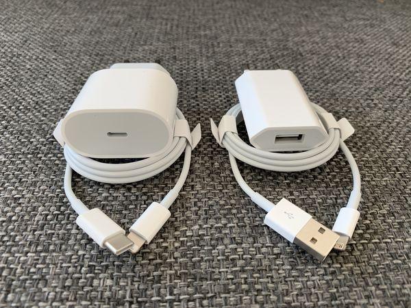Vasemmalla iPhone 11 Pron ja Pro Maxin mukana tuleva 18 watin laturi. iPhone 11:n myyntipakkauksessa on edelleen vanha tuttu 5 watin laturi.
