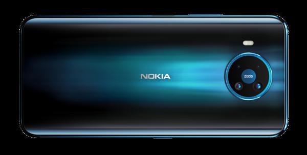 Nokia 8.3 5G:ssä on neljä takakameraa pyöreällä kamera-alueella.