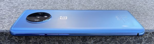 Oikealta kyljeltä OnePlus 7T:stä löytyy edelleen virtapainikkeen lisäksi kolmiasentoinen hiljennyskytkin.