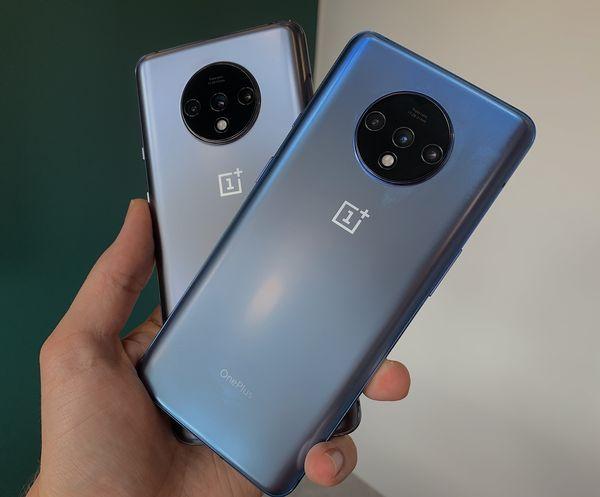 Erityisesti OnePlus 7T:n sininen Glacier Blue -värivaihtoehto näyttää erilaiselta eri valaistuksessa – välillä enemmän siniseltä, välillä lähes harmaalta. Tässä etualalla Glacier Blue ja taustalla Frosted Silver.