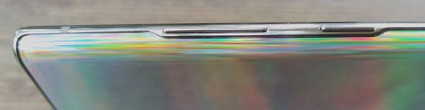 Alumiinirunko etu- ja takalasin välissä on kyljiltään erittäin kapea – jopa niin kapea, että painikkeiden kohdalla se on paksumpi kuin muuten.