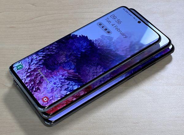 Samsung Galaxy S20 -puhelimet päällekkäin.