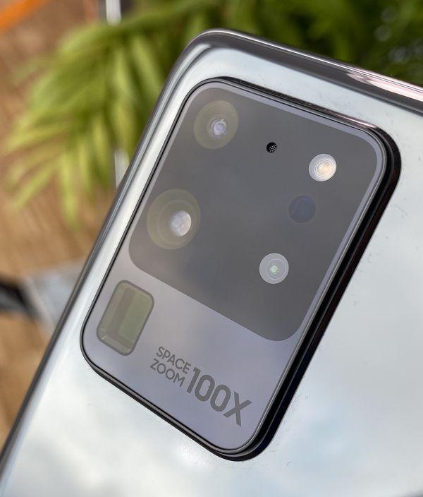 Galaxy S20 Ultran kamera-aluetta koristaa Space Zoom 100X -teksti, joka viittaa kameran zoom-kykyihin. Telekamera on toteutettu periskooppirakenteella.