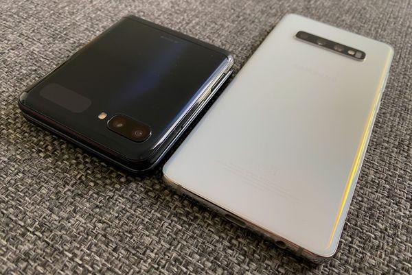Galaxy Z Flip vs. Galaxy S10+. Neliön muotoon sulkeutuva Galaxy Z Flip on selvästi paksumpi mutta muuten kompakti.