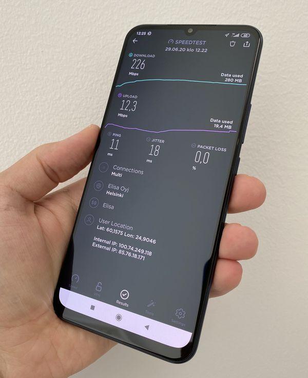 5G-yhteyden nopeudet ovat pääsääntöisesti joitakin satoja megabittejä sekunnissa. Nopeudet riippuvat enemmän verkon kattavuudesta ja vauhdista kuin puhelimesta.