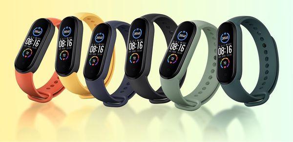 Mi Smart Band 5:n rannekkeen eri värivaihtoehtoja.
