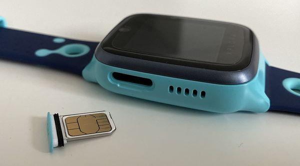 Xplora 4:n sisällä on tavallinen nano-SIM-kortti. Korttiluukku löytyy vasemmalta kyljeltä.