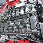 Ensimmäisen M5:n moottori perustui samaan 3,5-litraiseen kuutosen, joka oli käytössä M1:ssä. Kasvanut teho (286 hv) ja vääntö (340 Nm) kompensoivat kasvanutta painoa.
