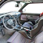M3 Evolutionin ohjaamossa korostuu urheilullisuus. Nahkapäällysteinen ratti ja vaihdekepin nuppi sekä M-verhoilu nostavat fiilistä.