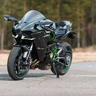 Kawasaki H2 on mallisarjan tieliikennekäyttöön suunniteltu malli. Kawasaki H2R on mallisarjan ratapyörä, jossa mm. kuvan pyörän peilien sijaan on lentokoneista tutut ilmanohjainsiivekkeet.