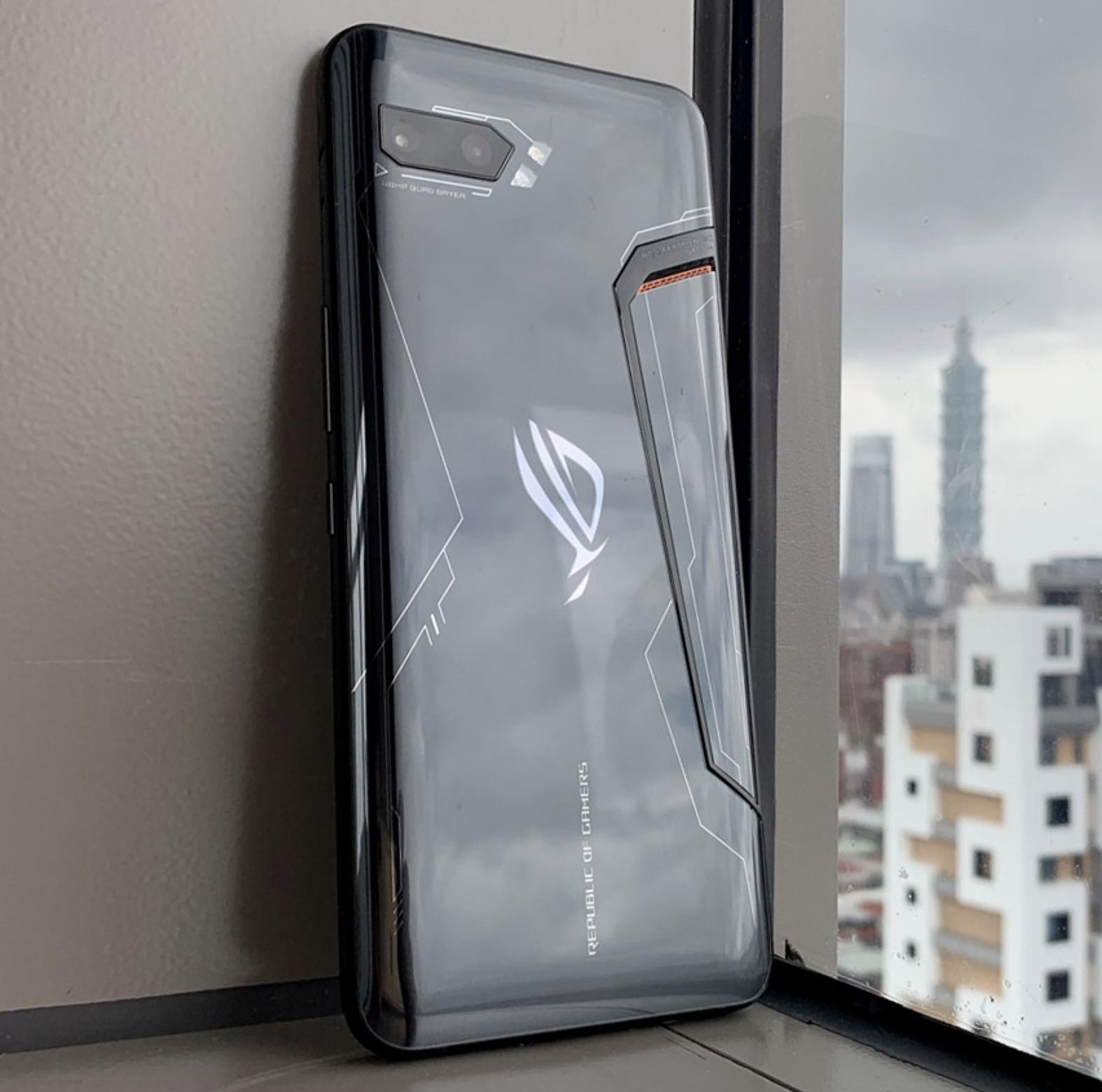 ROG Phone II on edelleen voimakkaasti muotoiltu takaa.