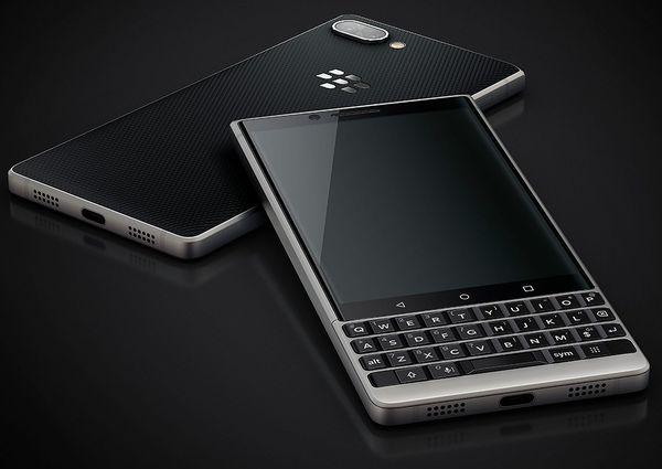 Takapinta on päällystetty BlackBerry-puhelimille tuttuun tapaan myös Key2:ssa pitoa tuovalla tekstuurilla.