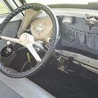 Isettan ohjaamo on yhtä omintakeinen kuin sen ulkokuorikin. Auton erikoisuuksiin kuuluu mm. kytkin- ja jarrupolkimen välistä esiin työntyvä ohjaustanko.