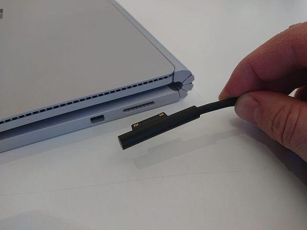 Ominaisuus, jota Applen uusissa MacBook Pro -malleissa ei enää ole; magneetilla kiinnittyvä latausjohto.