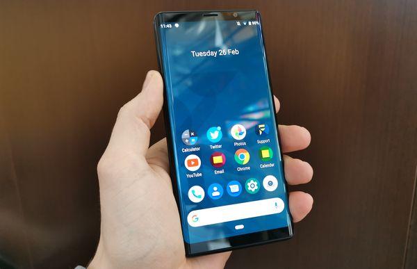 Kiinni ollessaan F(x)tec Pro1 on etupuoleltaan aivan tavallinen älypuhelin. AMOLED-näyttö on sivureunoistaan hieman kaareva, mikä myös auttaa pitämään laitteen kompaktin tuntuisena.