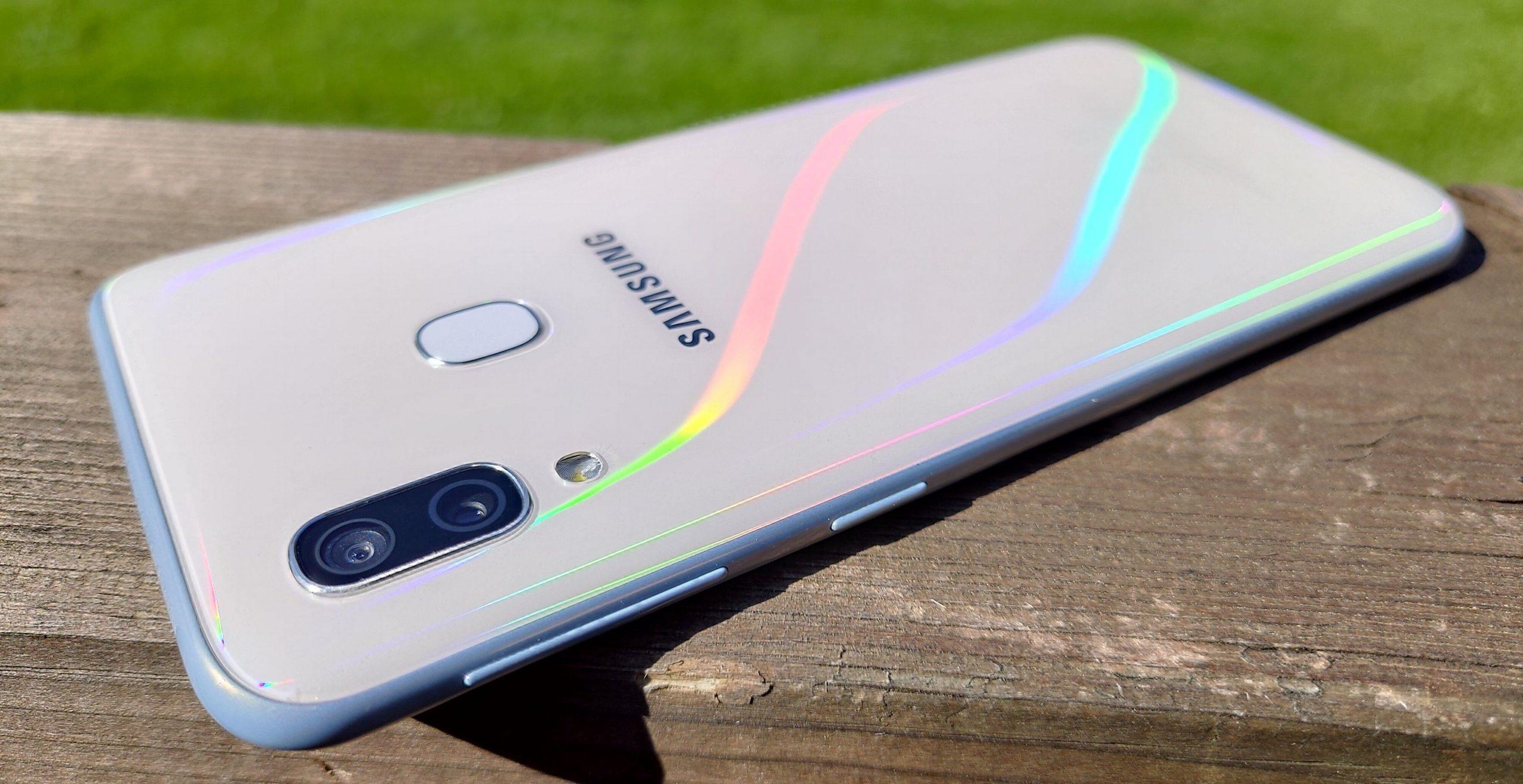 Muovinen takakuori heijastelee auringonvaloa sateenkaaren väreissä. Sormenjälkilukija on nopea ja luotettava.