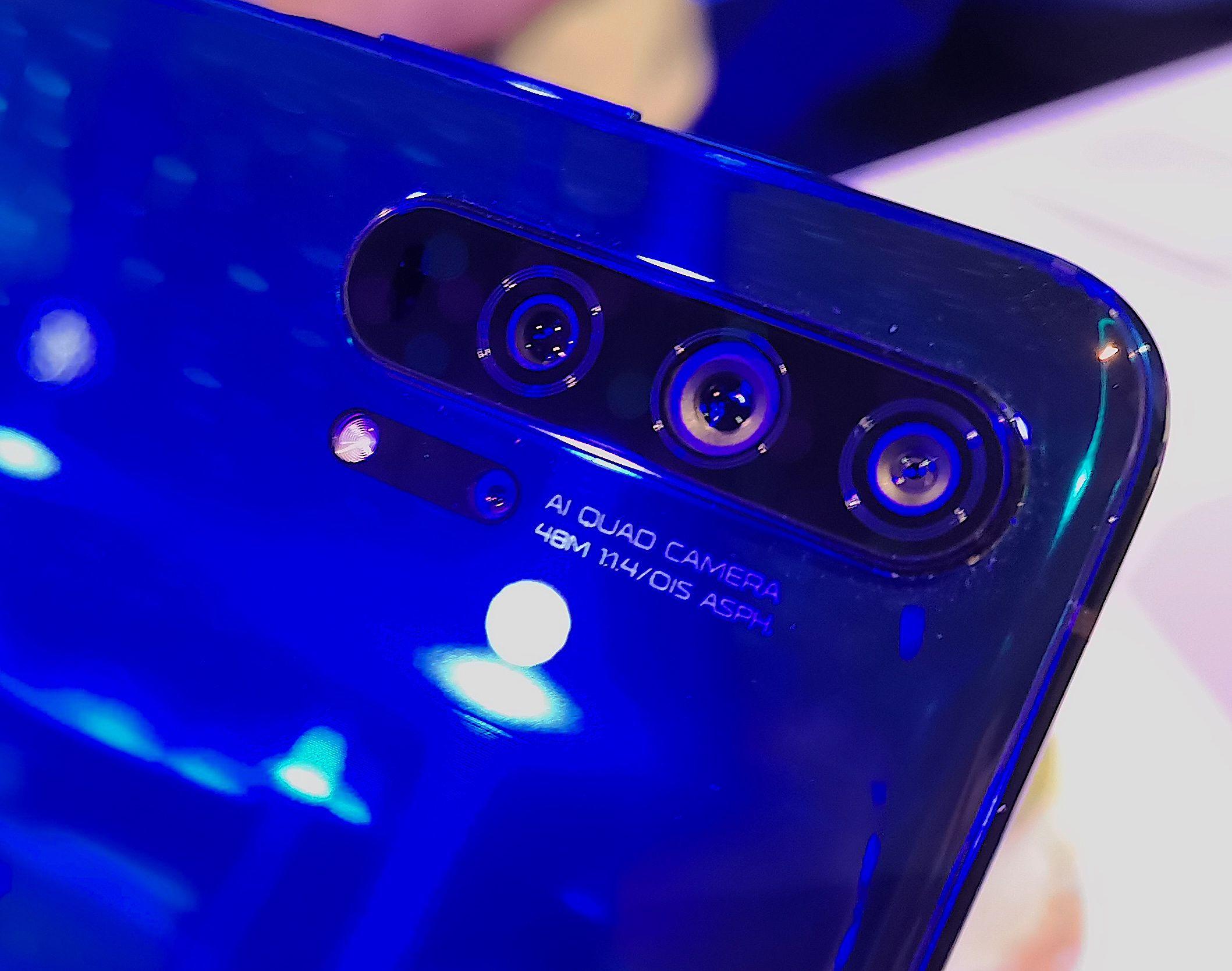 Honor 20 Prossa on pääkameran lisäksi ultralaajakulmakamera ja telekamera. Nelikon täydentää makrokamera.
