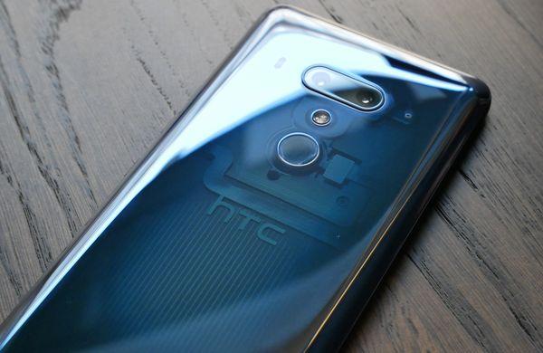 HTC U12+:n Translucent Blue -värivaihtoehto paljastaa hieman puhelimen sisuskaluja.