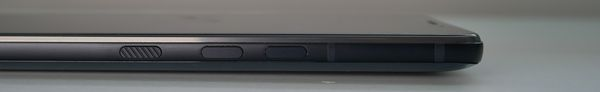 Fyysisiä painikkeita ei HTC U12+:ssa ole, vaikka siltä näyttäisikin.