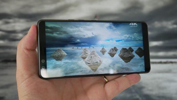 HTC U12+:ssa ei ole näyttölovea. Kuuden tuuman QHD+-näyttö tukee HDR-tekniikkaa ja suurelta ja laadukkaalta näytöltä on mukava katsoa videoita.