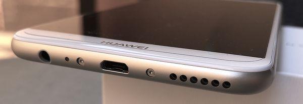 Mate 10 Liten pohjasta löytyvät Micro-USB- ja 3,5 mm -liitännät.