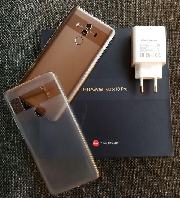 Huawei toimittaa Mate 10 Pron myyntipakkauksessa myös läpikuultavan suojakuoren sekä SuperCharge-pikalaturin.
