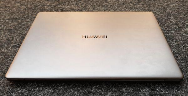 Huawei-logo on MateBook X:ssä näyttävästi esillä kannessa.