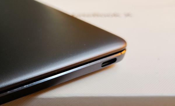 MateBook X:ssä on kaksi USB-C-porttia, yksi kummallakin sivulla.